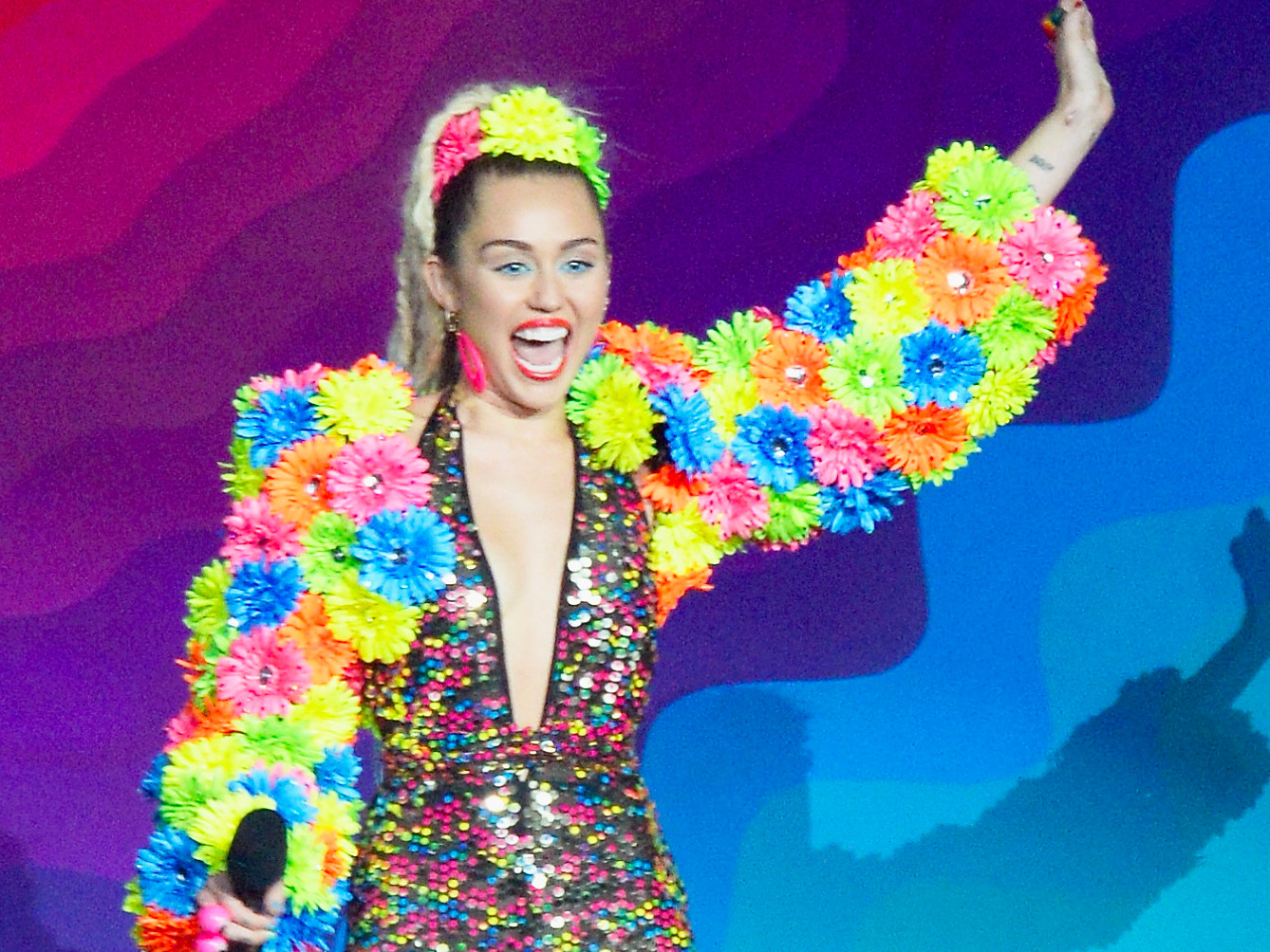miley-cyrus-kicked-off-the-mtv-vmas-in-the-most-miley-cyrus-way-possible